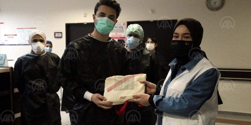 """Genç Yeryüzü Doktorları Kulübü Erzurum'daki sağlık çalışanlarına """"motivasyon kiti"""" dağıttı"""
