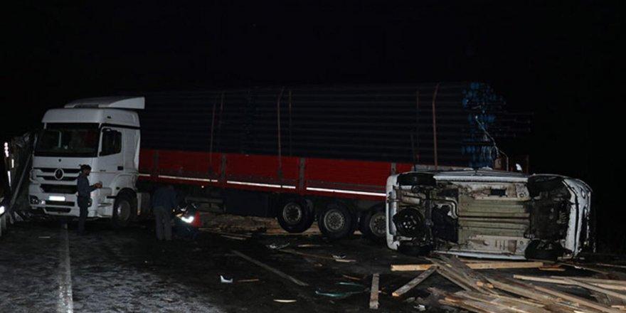 Buzlanma nedeniyle kayganlaşan yolda zincirleme trafik kazası: 3 yaralı