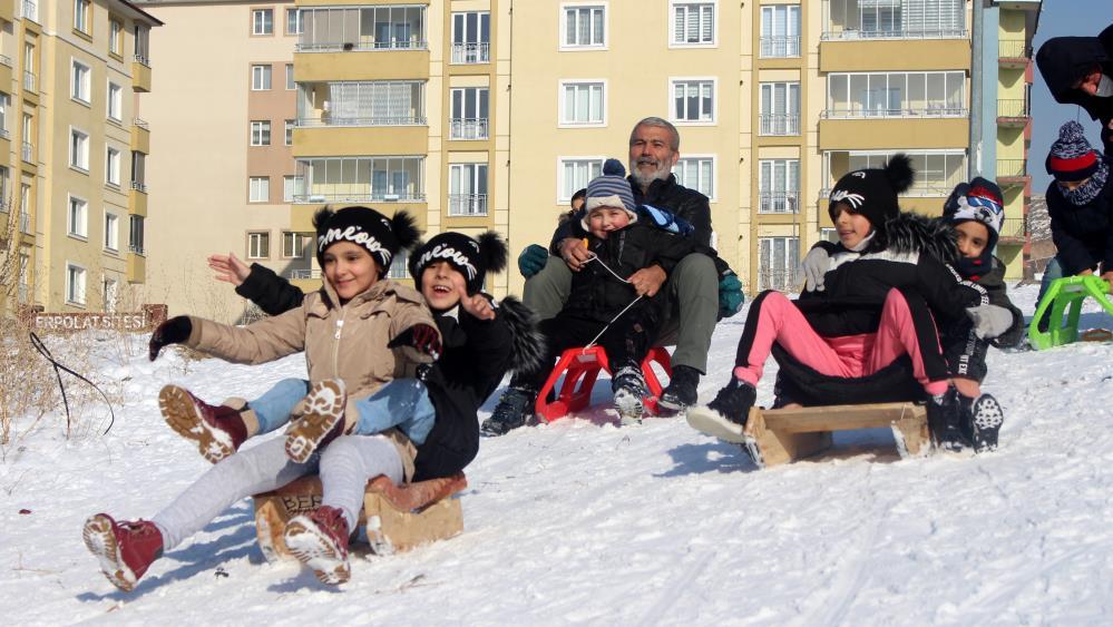 Kızakla kayarak eğlenen çocuklara velileri de eşlik etti