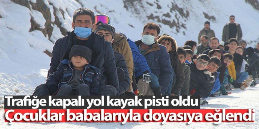 Erzurum'da babalar ve çocuklar beraber kayıyor