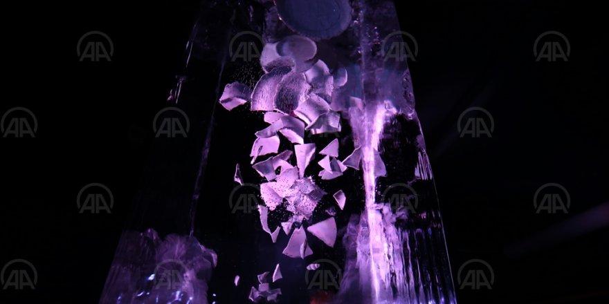 Trafik kazasında kaybettiği teyzesinin çeyizindeki porselen tabakları buz müzesinde sergiliyor