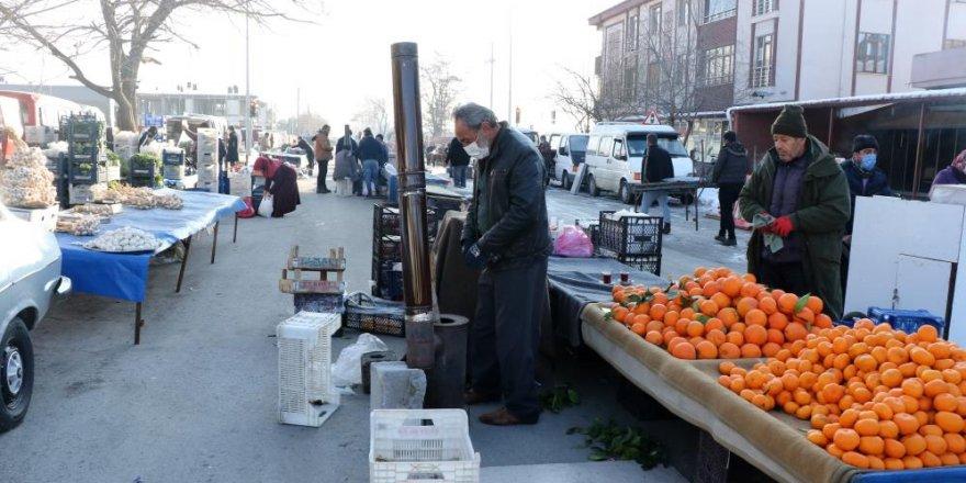 Doğu Anadolu buz kesti, pazarcılar soğuktan korunmak için soba kurdu