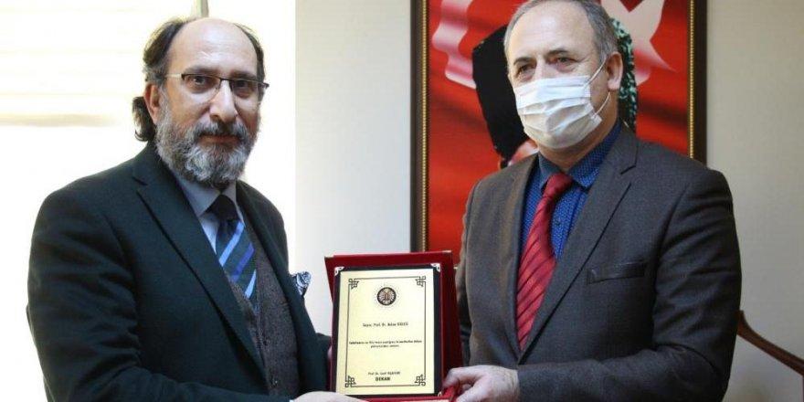 Oltu Beşeri ve Sosyal Bilimler Fakültesi'nin yeni dekanı Prof. Dr. Cavit Yeşilyurt oldu
