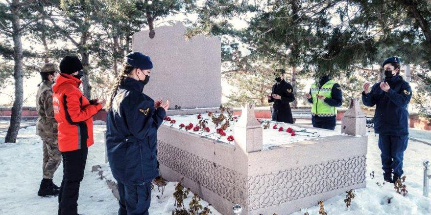 Erzurum'da görevli kadın jandarmalardan Nene Hatun'a ziyaret