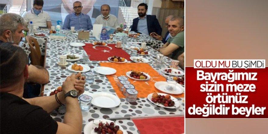 Türk bayrağı üzerinde yemek yenilmesine sert tepki