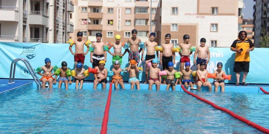 Erzurumlu çocuklar yüzmeyi açık hava yüzme havuzlarında öğreniyor