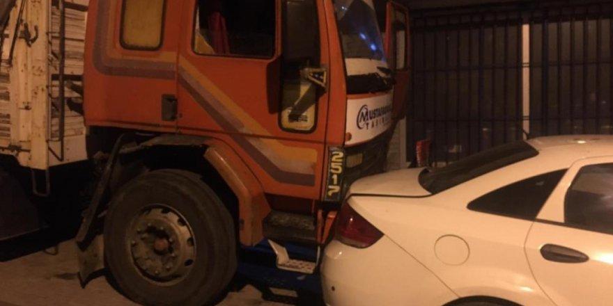 Freni boşalan kamyon 8 araca çarptı...