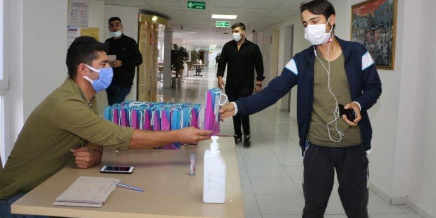 Aziziye'den üniversiteli öğrencilere hijyen seti