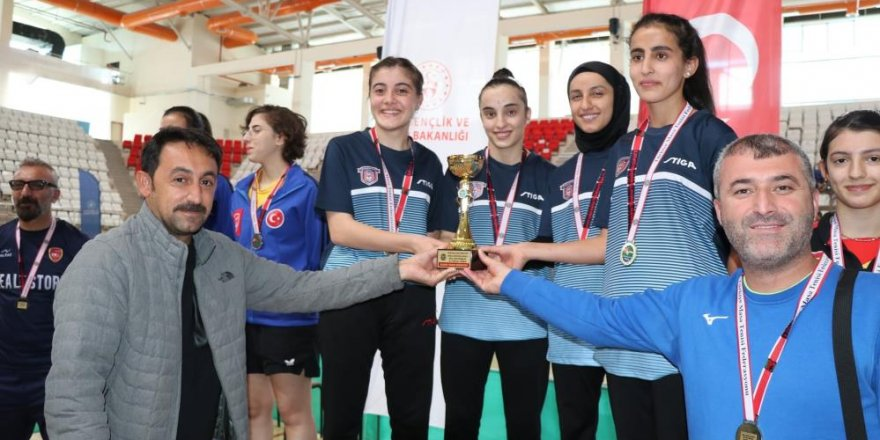 Masa tenisinde dereceye giren takımlara kupaları ve madalyaları verildi