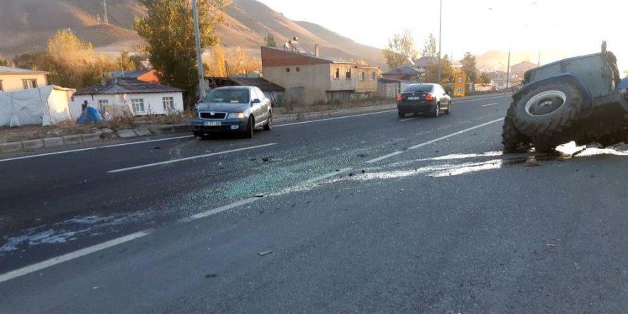 Pasinler'de otomobil traktöre çarptı