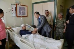 Vali Altıparmak yarılı askerleri ziyaret etti