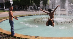 İki lirası olmadığı için süs havuzunda serinliyor