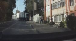 Un yüklü kamyon binaya böyle çarptı