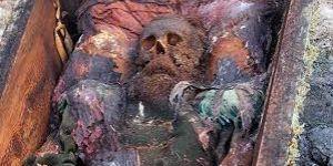 Rus generalin mezarı arazi sahibini yaktı