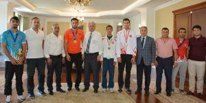 Vali Azizoğlu, başarılı sporcuları ödüllendirdi