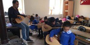 Küçük Öğrenciler Bağlamayla Sevindi