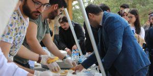 Üniversite öğrencilerine etli pilav ve demir tatlısı ikram edildi