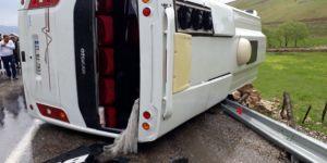 Yağış nedeniyle kayganlaşan yolda midibüs devrildi: 22 yaralı