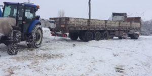 Karda ilerleyemeyen tırların imdadına traktörler yetişiyor