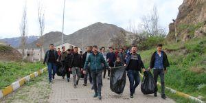 """""""Çevrecilik Milliyetçiliktir"""" sloganıyla çevredeki çöpleri topladılar"""