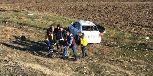 Otomobil Şarampole Devrildi: 2 Yaralı