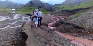 Oltu'da sel suları yolları tahrip etti