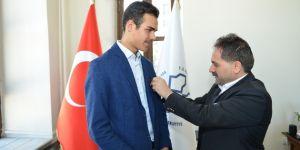 Başkan Uçar, dünya birincisi Hafız Ebubekir'e tam altın hediye etti