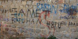 Şehitlik ve tarihi eserlerin duvarlarına yazılan yazılar çirkin görüntü oluşturuyor
