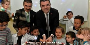 Vali Memiş, çocuklarla pasta kesti, horon oynadı