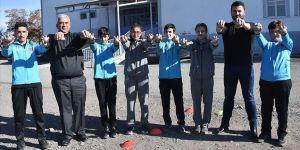 Fedakar öğretmen öğrencilerini sporla okula bağladı