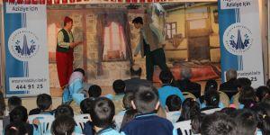 Aziziye'de karne hediyesi tiyatro seyri