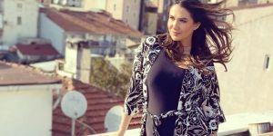 Şarkıcı Nilay Dorsa, akıma uyarak evinin terasında güneşlendi
