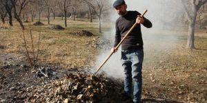 Ormanağzı köyünde bahçelerde ilkbahar temizliği yapılıyor