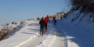 Kar bulamayan kayakçılar yarışlara yüksek kesimlerde hazırlanıyor