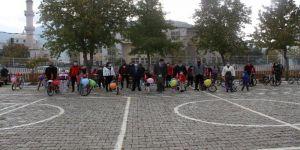 Muhtar, hayırseverlerden topladığı bisikletleri çocuklara dağıtıyor