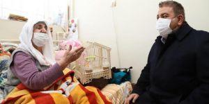 Başkan Sunar, kedisi kaybolan Sevgi nineye muhabbet kuşu hediye etti