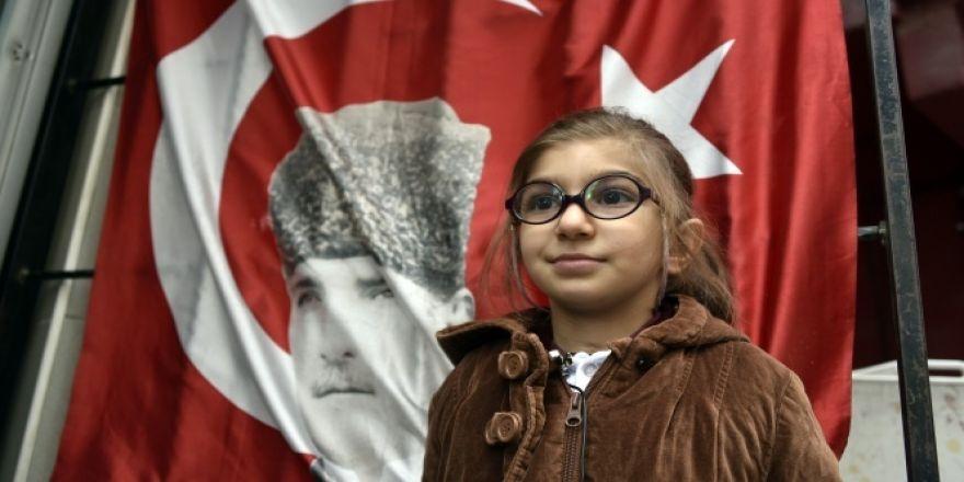 Atatürk posterli Türk bayrağını öpen öğrencinin kim olduğu ortaya çıktı